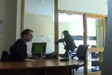 Il craque et met son bureau à sac