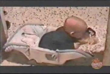 Bébé baise sa poupée