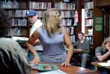 Blague blonde dans une bibliothèque