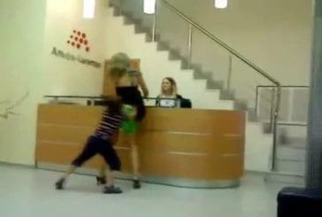 Un enfant met sa mère en culotte