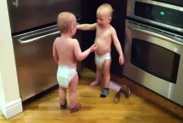 Deux bébés discutent dans la cuisine