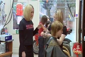 Une coiffeuse se coupe le doigt