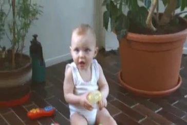 Un bébé fait du Break Dance