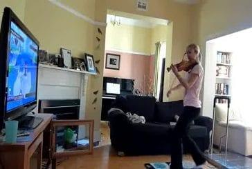 Fille joue à DDR en faisant du Violon