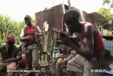 Un singe s'amuse en tirant avec une arme AK-47
