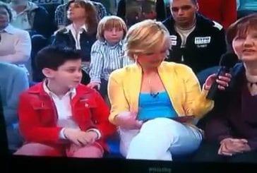 Un gamin reluque d'un peu trop près les seins d'une présentatrice tv