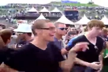 Une jeune homme respire l'intelligence et la fraîcheur lors d'un festival !
