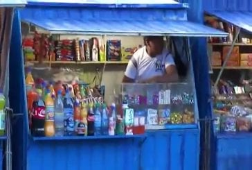 Un magasinier prépare une nouvelle sauce qu'il va vendre à ses cleints !