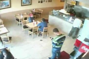 Une caméra de surveillance filme en direct un règlement de compte dans un restaurant !