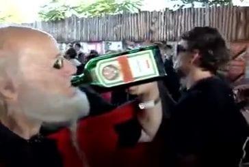 Un papy est complètement en transe dans une rave party !