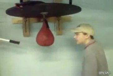 Un gamin fait le malin avec un punching ball et se le prend en pleine face !