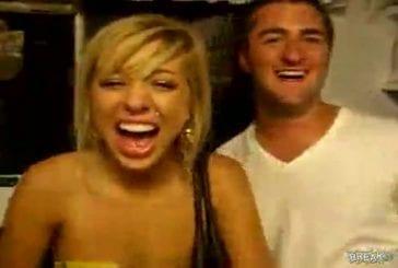 Une jeune femme rigole de manière très particulière , aucun rapport avec sa beauté !
