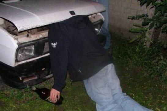 La tête sous le capot d'une voiture