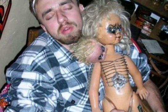 il s'endort avec sa poupée gonflable