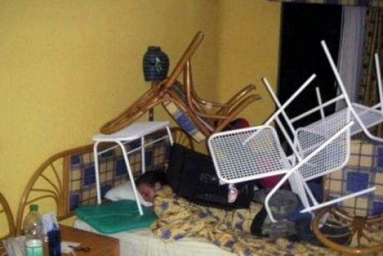 Une montagne de chaises sur lui