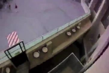 Un groupe de jeunes font du basejump sur un toit d'un hotel à Benidorme !