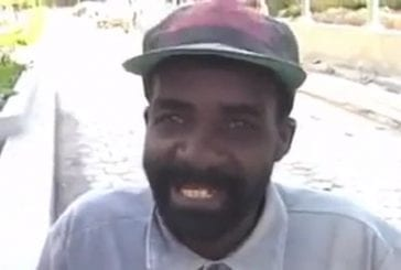 En Afrique , un caméraman demande à une personne d'épeler des mots !