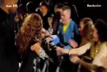 Une femme ne sait pas réagir lorsque Beyonce lui tend le micro...