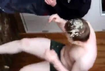Lors d'une soirée étudiante , un jeune perd un pari et se fait vomir dessus !