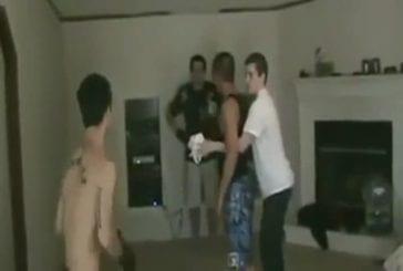 Des potes sont en train de faire des combats de boxe dans un salon !
