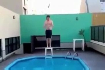 Dans une soirée bien arrosée , une homme tente de réaliser le plongeon du siècle !