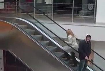 Une blonde dans les escalators d'un centre commercial