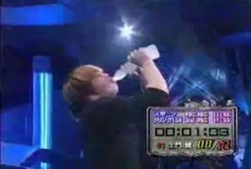 Un jeune asiatique réussi à avaler un litre et demi d'eau en moin de 5 secondes !