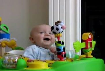 Un bébé a peur d'un mouchoire