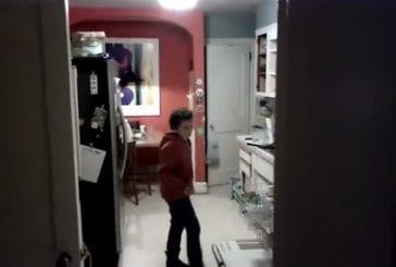 Mon fils fait la vaisselle en dansant