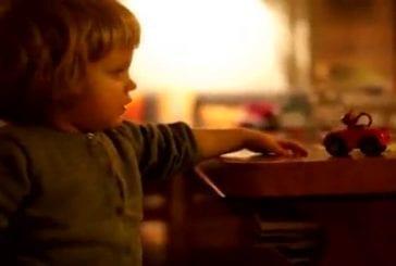 Une petite fille toute mignonne a un rire qui fait froid dans le dos !