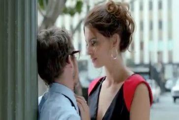 Un jeune homme rencontre une belle italienne en pleine rue...