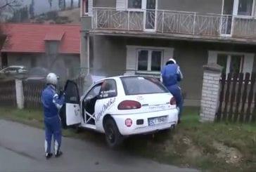 Une ola perturbe un pilote de rallye qui se crash sur une maison !