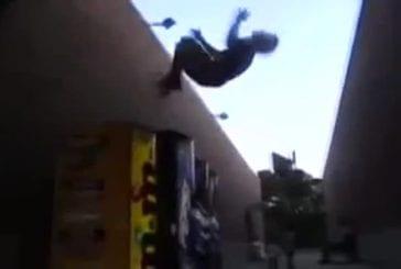 Un gars veut faire de son malin et faire un backflip sur un distributeur !
