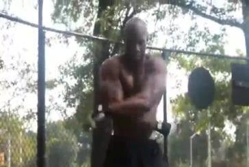 Une caméra suit un athlète qui s'entraine de manière très étonnante !