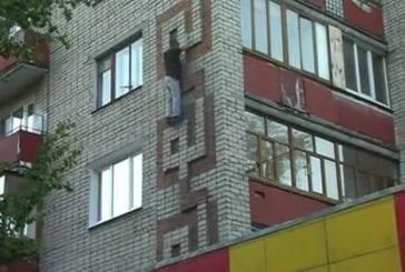 Un jeune russe complètement fou s'amuse à défier la mort !