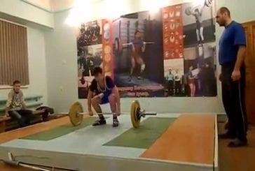 Un haltérophile amateur se prends presque les poids sur ses chevilles !
