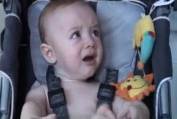 Un bébé arrête de pleurer seulement si ses parents lui mettent un coton tige dans l'oreille !