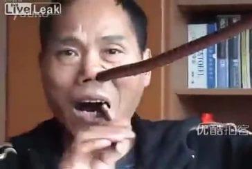 Un serpent dans le nez et dans la bouche !