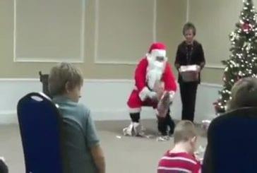 Le père Noel lache un enfant par terre !