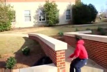 Une fille fait des acrobaties et chute !