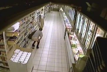 Elle fait caca dans le rayon d'un magasin !