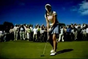 Joueuse de golf en mini jupe qui se penche