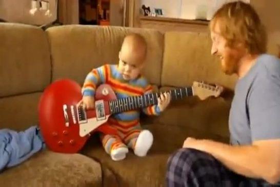 Un joueur de guitare de 13 mois