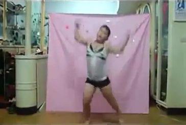 Ce jeune asiatique rêve d'être une femme sexy célèbre