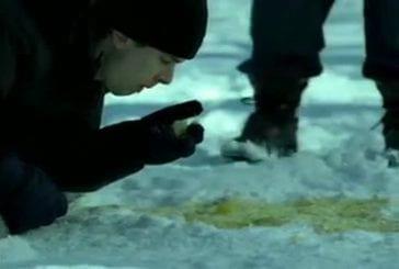 Manger de la neige jaune