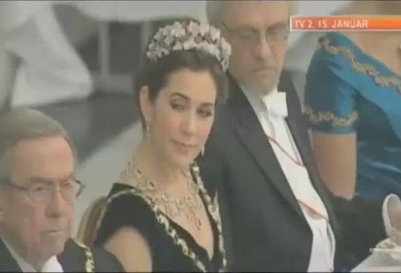 Il regarde pas discretement le décolleté de la princesse du Danemark