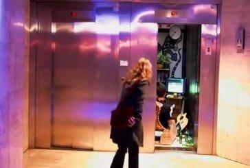 Remi Gaillart vit dans un ascenseur