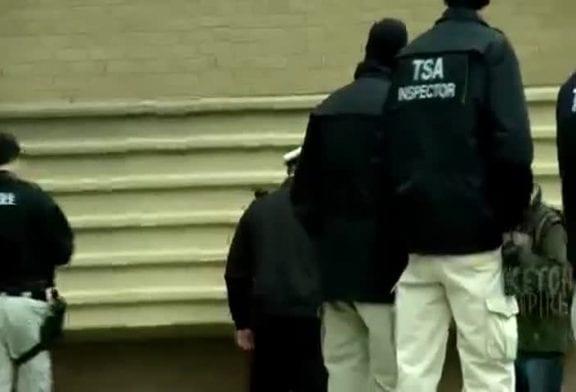 Il fait pipi devant la police !