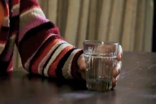 Une femme boit son pipi !