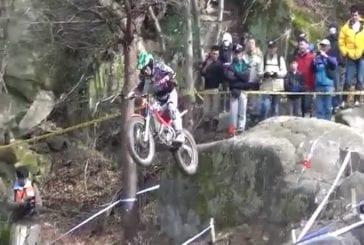 Un backflip sur une moto trial